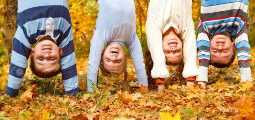 15018229-les-enfants-du-groupe-l-envers-dans-un-parc-d-automne-banque-dimages